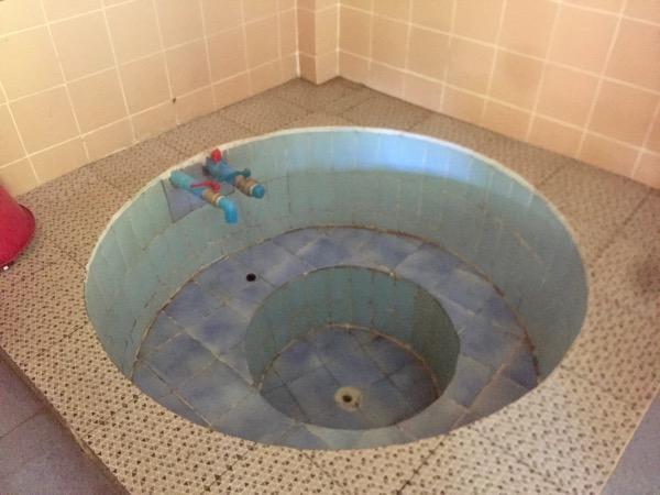 チェンライパートゥン温泉のタイル張りの円形浴槽