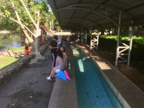 チェンライパートゥン温泉で足湯を楽しむ地元の人々
