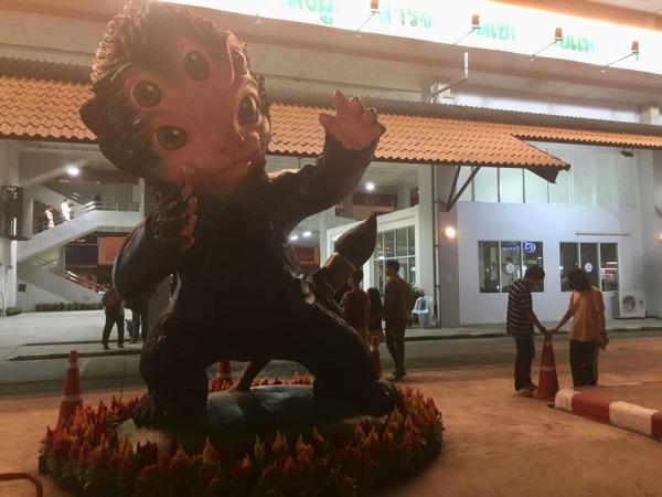 チェンライ第一バスターミナルのマスコット像メーンシフーハーター