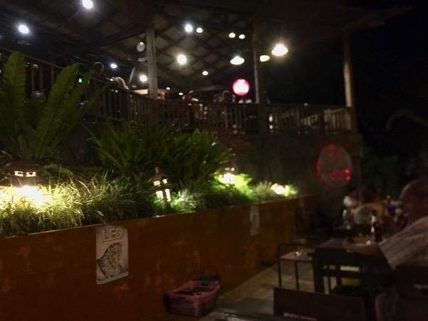 チェンコーンの人気タイレストランRim Khong restauranの店内風景