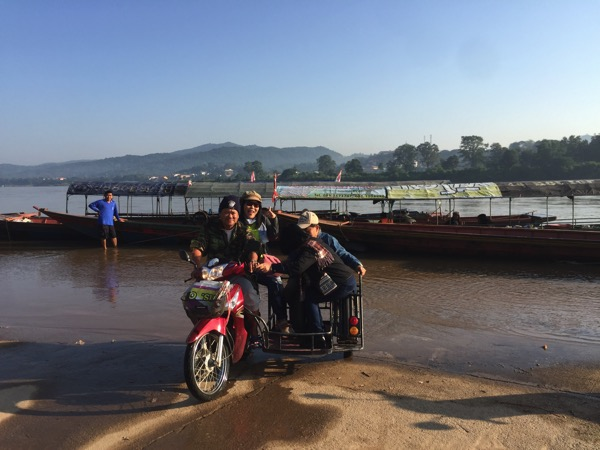 チェンコーンの渡し舟に乗り込むタイ人