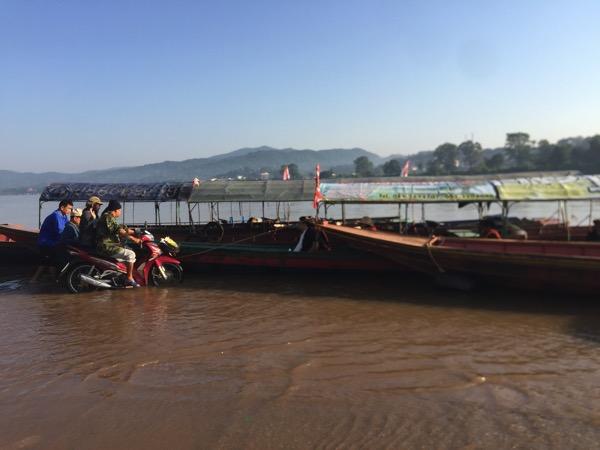 チェンコーンの停泊している渡し舟に客を送るサイドカー