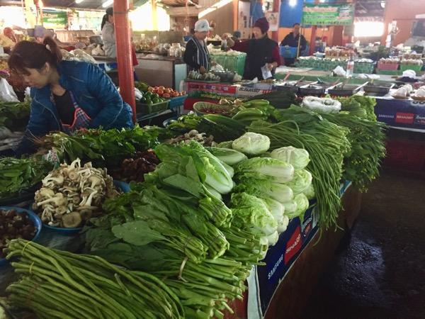 チェンコーンのローカル市場で売っている新鮮な野菜
