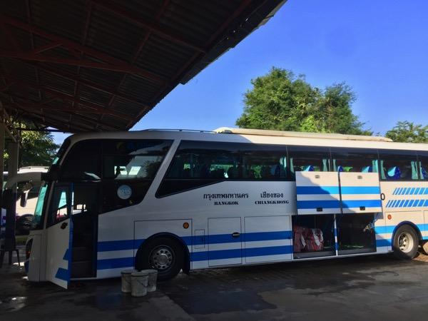 チェンコーンbisホテルの前のソンバットツアーのバス停