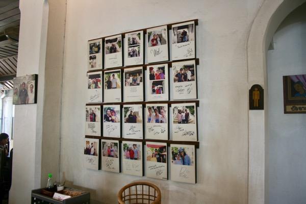 カオソーイ・ラムドゥアン2号店に飾ってあるタイ芸能人のサイン