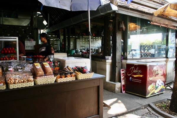 カオソーイラムドゥアン2号店のお菓子売り場