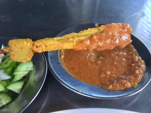 カオマンガイ・ナンターラームの豚串のピーナツソース