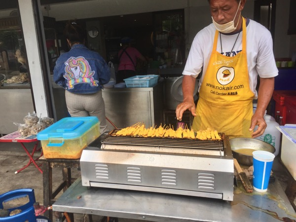 カオマンガイ・ナンターラームの店前で焼いている豚串