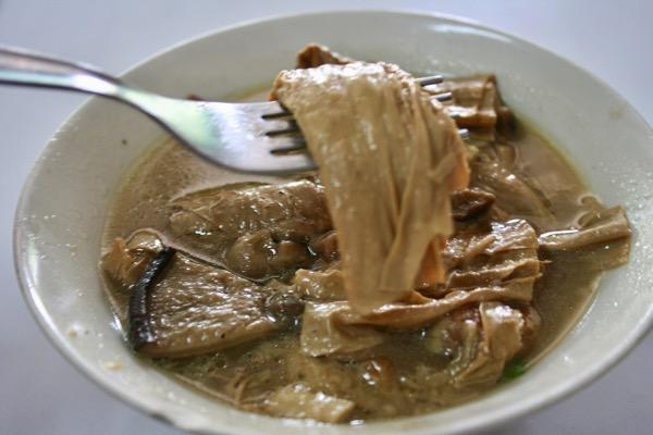 チェンマイカオマンガイ・ハイラムの湯葉と椎茸の旨煮の湯葉の写真