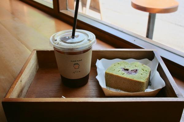 FLOUR FLOURの抹茶のパウンドケーキとアイスブラックコーヒー