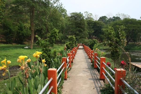 チェンライのフアイサイカオ温泉の敷地内の橋