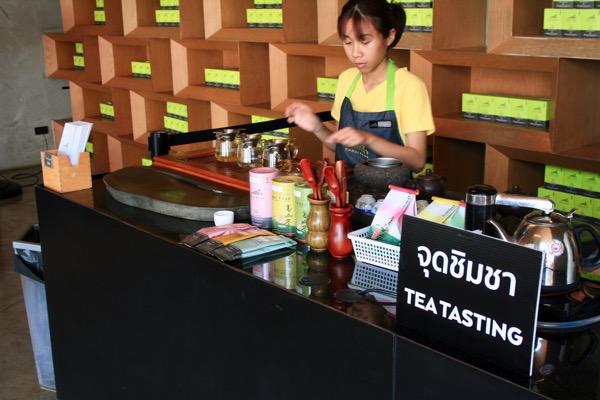慣れた手つきで小さな茶杯にお茶を注ぐチェンライチュイフォン茶畑のバリスタ