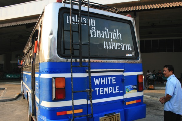 チェンライ第一バスターミナルから出発するワットロンクン行きバスの車体の後ろに書いてある「WHITE TEMPLE」