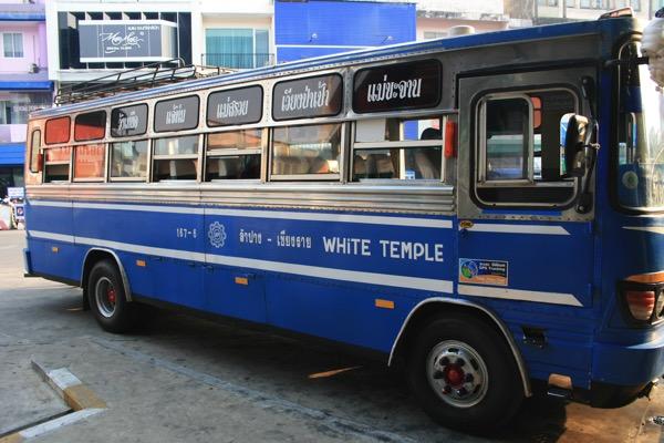 チェンライ第一バスターミナルから出発するワットロンクン行きバス