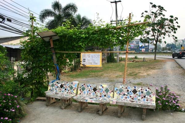 パホンヨーティン通リ沿いのホワイトテンプルのバス停