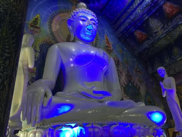 ワットロンスアテンのパールホワイトの仏像