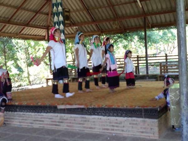 民族衣裳を身にまとっての首長族の演舞