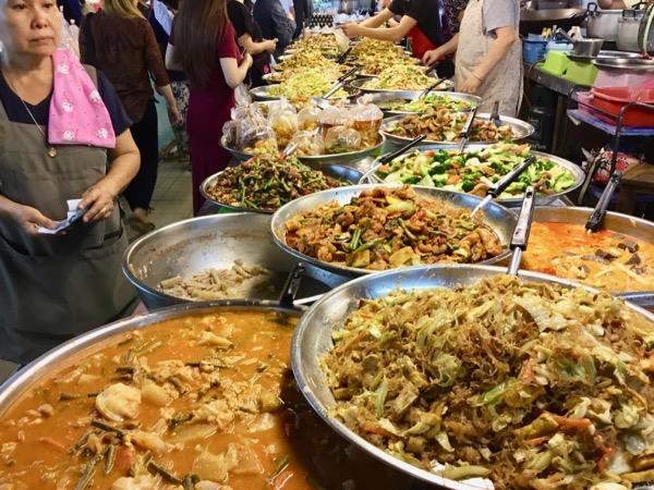 チェンマイのタニン市場の惣菜売り場