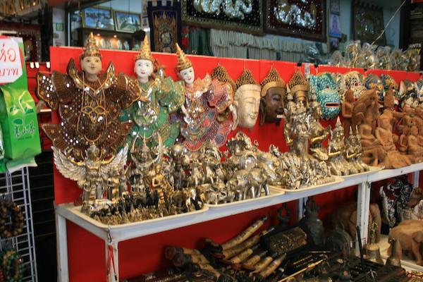 タチレクの市場で売っている民芸品