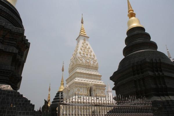 ナコーンパノム県の申年の仏塔のレプリカ