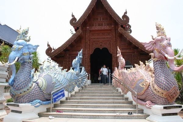 ワット・バンデンのブルーとピンクの孔雀が護っている礼拝堂