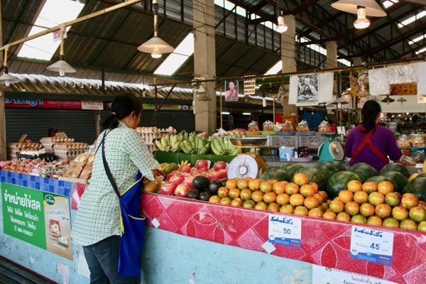 チェンマイガートコム市場の果物売り場