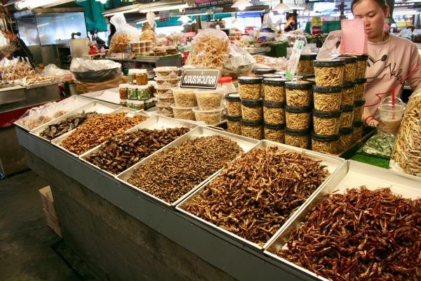 ルアムチョーク市場の昆虫売り場
