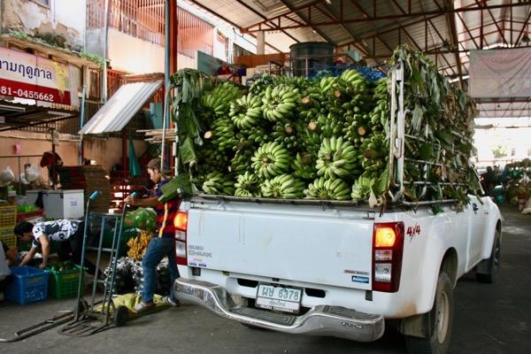バナナ市場のバナナを積んだトラック