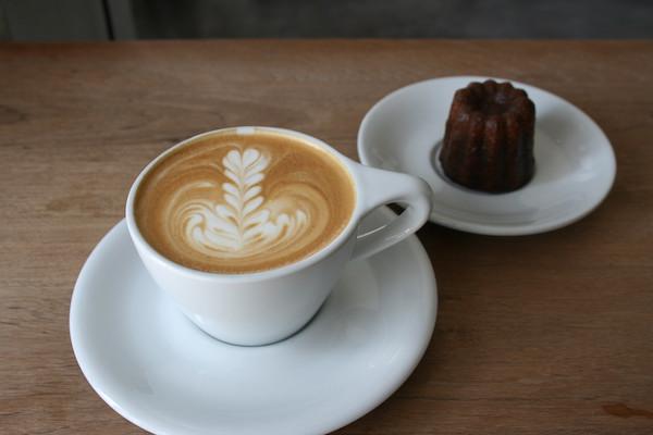 Khageeのカヌレとカフェラテ