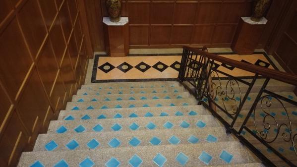 タチレクーレジーナホテルの地下に続く階段