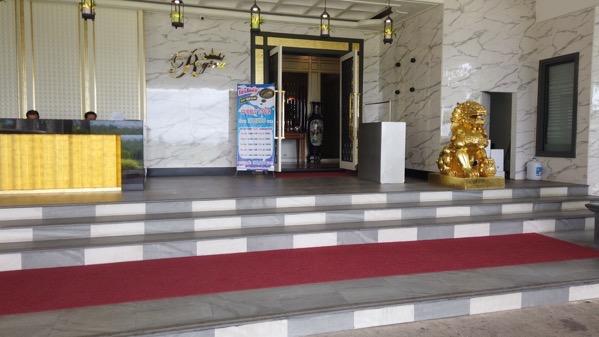 タチレクのレジーナホテルの入り口