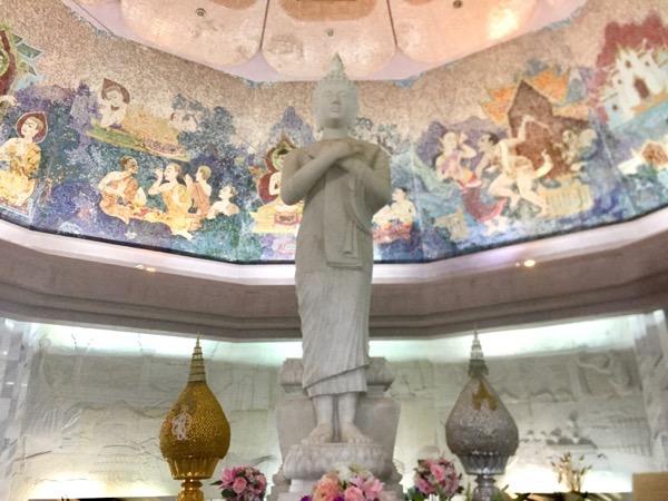 シリキット王妃の記念塔の中にある中国から取り寄せた白翡翠でつくられた立像