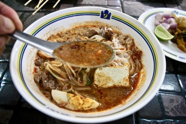 カオソーイ・スターシニー3号店タイラーメンゲーンのスープ