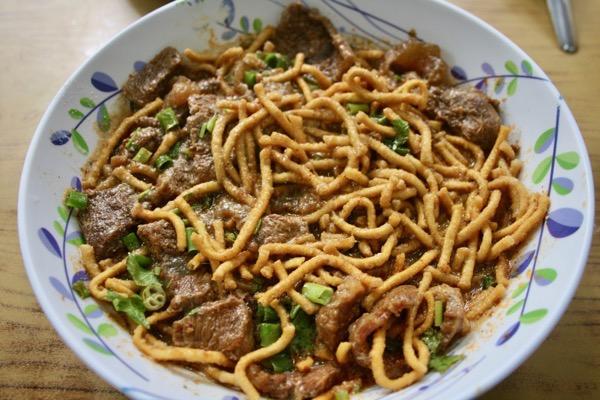 揚げ麺のカオソーイの麺をふやかした写真