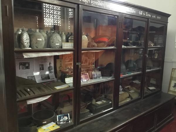 ムーンサーン寺院の戦没者資料館の資料(帽子や水筒)