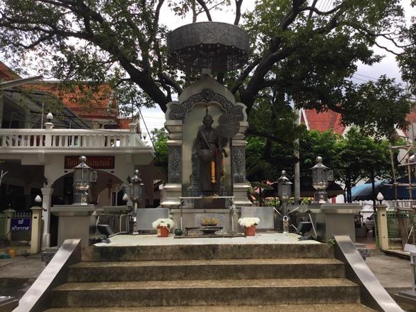 ムーンサーン寺院のクルバーシーウィチャイ高層のブロンズ像