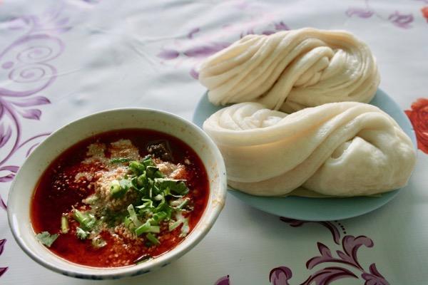チェンマイの雲南系のお店の饅頭とカオソーイ