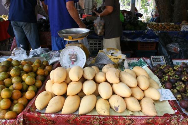 チェンマイ大学の果物市場