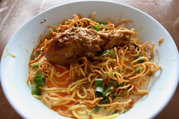 チェンマイのハラルレストランのカオソーイの鶏肉