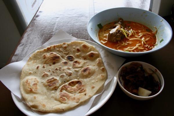 チェンマイのハラルレストランのカオソーイと一緒に食べるチャパティ