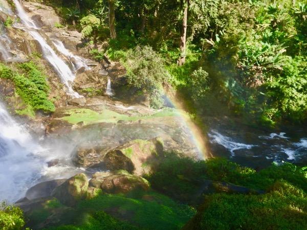 ワチラターン滝にかかる虹