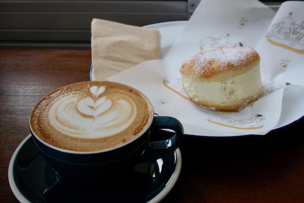 FLOUR FLOURのバニラクリームがたっぷりつまったブリオッシュとカフェラテ