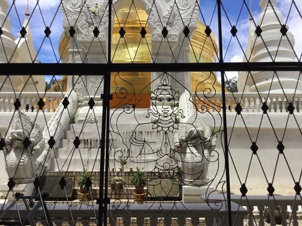 中央礼拝堂のおしゃれな金網フェンス