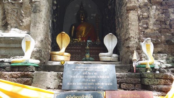 基壇の正面の仏像