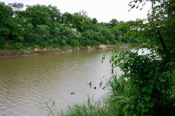 Parinda Garden近くの川