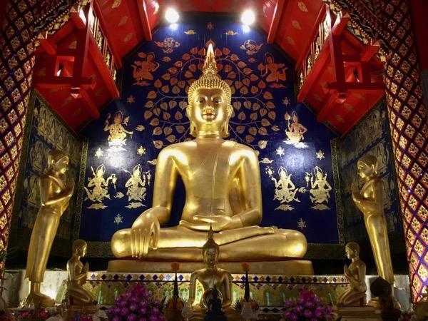 ワット・スワンドークの本堂のチェンセン様式の仏像
