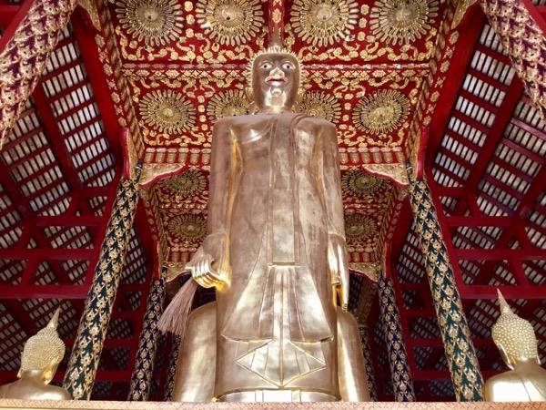 ワット スワンドーク中央礼拝堂の藁を持った立像