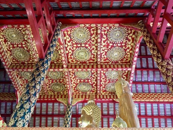 ワット・スワンドーク中央礼拝堂の天井の装飾