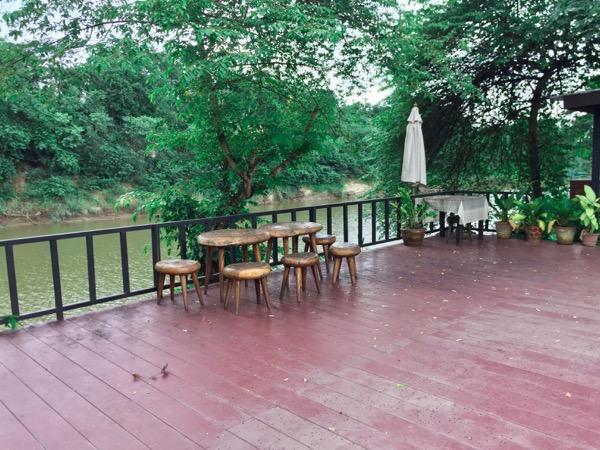 Parinda Gardenの川沿いの席