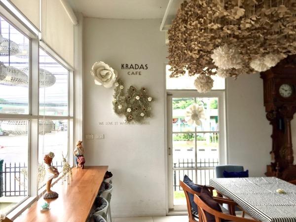 グラダートカフェの紙でできた壁飾りや天井飾り